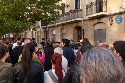 Desde primera hora de la mañana 100 personas se concentran en la C/Mena.